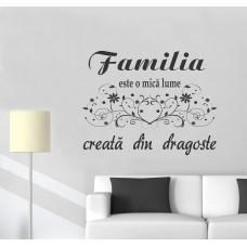Sticker Decorativ Familia este o mică lume ...